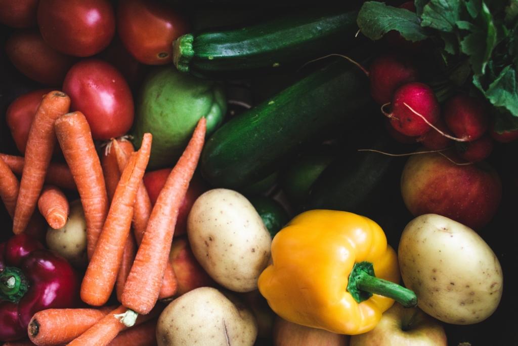 Un panier de légumes et fruits bio comme idée cadeau bien-être